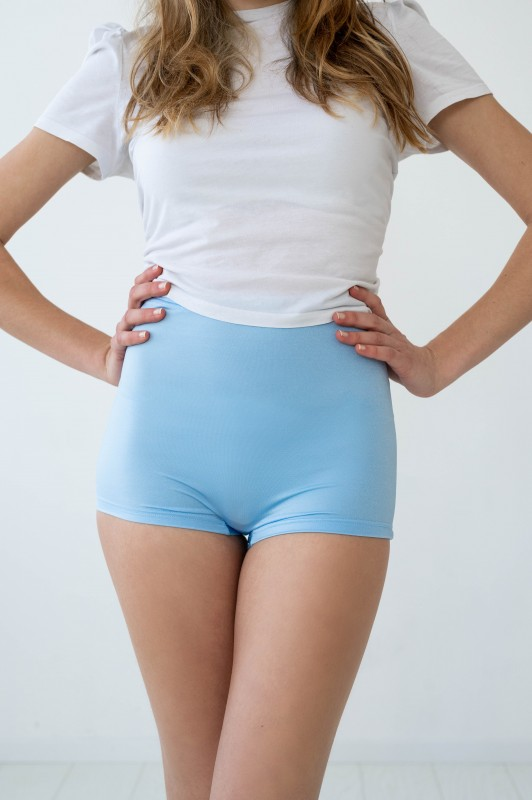 Hellblaue Hotpants mit hoher Taille